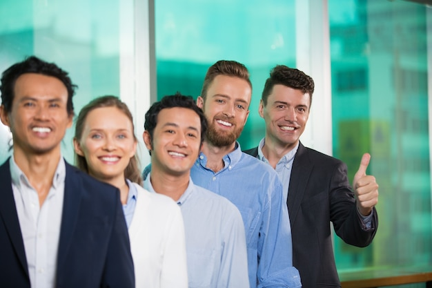 Enthousiaste divers gens d'affaires debout en rang