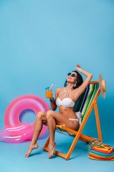 Enthousiaste femme brune profitant de l'été