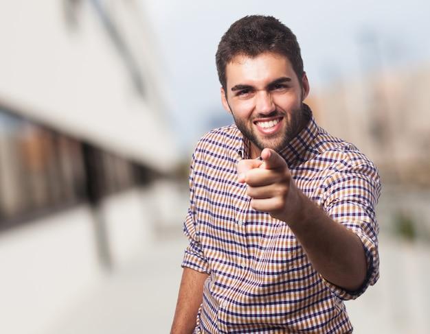 Enthousiaste homme arabe pointant vers la caméra