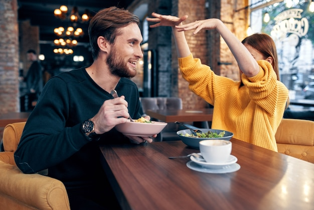 Enthousiaste jeune couple dans un restaurant ayant un style de vie de repos de collation
