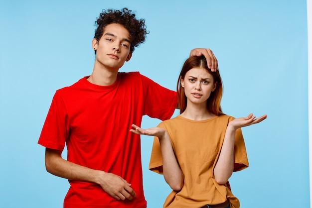 Enthousiaste jeune couple mode studio de communication de style moderne. photo de haute qualité