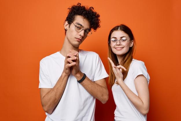 Enthousiaste jeune couple portant des lunettes de communication