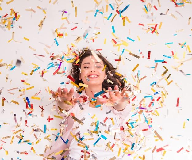 Enthousiaste jeune femme étend ses mains.