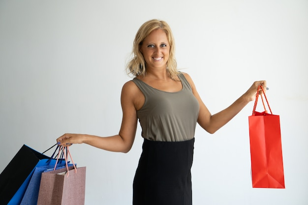 Enthousiaste jeune femme excitée appréciant le temps de magasinage.