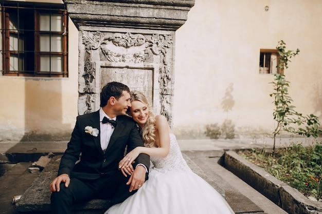 Enthousiaste jeunes mariés au repos