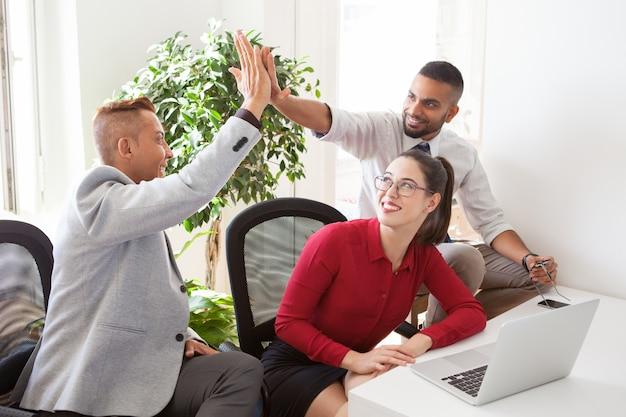 Enthousiaste jeunes startuppers donnant cinq haut