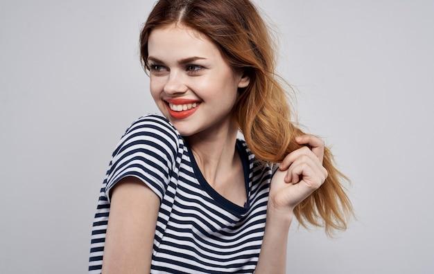 Enthousiaste jolie femme look attrayant modèle de charme de décoration t-shirt rayé. photo de haute qualité