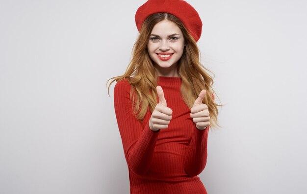 Enthousiaste jolie femme en robe rouge gesticulant avec les mains modèle de fond isolé. photo de haute qualité