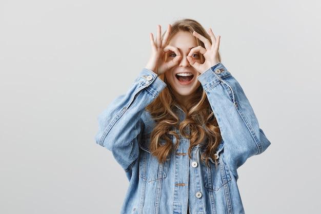 Enthousiaste jolie fille montrant un geste correct, pas de problème, bien fait, excellent