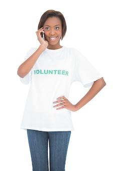 Enthousiaste jolie volontaire ayant un appel téléphonique
