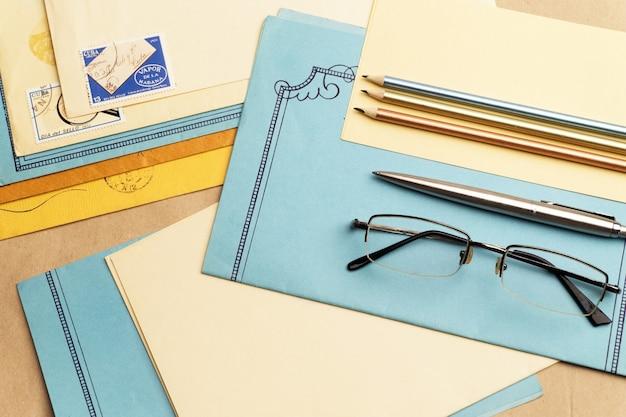 L'entier Postal Est Sur La Table. Photo Premium
