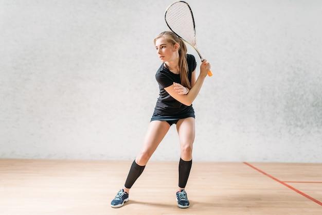 Entraînement au jeu de squash, joueuse avec raquette