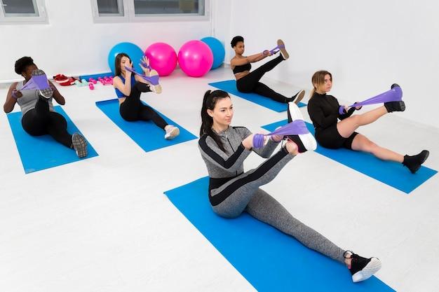 Entraînement en classe de fitness pour un exercice de flexibilité