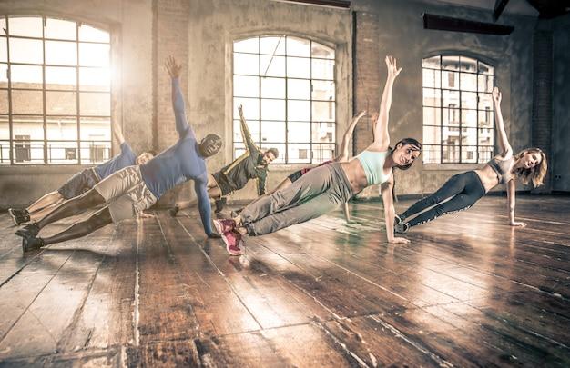 Entraînement en classe de gymnastique et faire des exercices