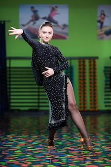 Entraînement de danse funk. portrait de jeune femme sportive en mouvement.