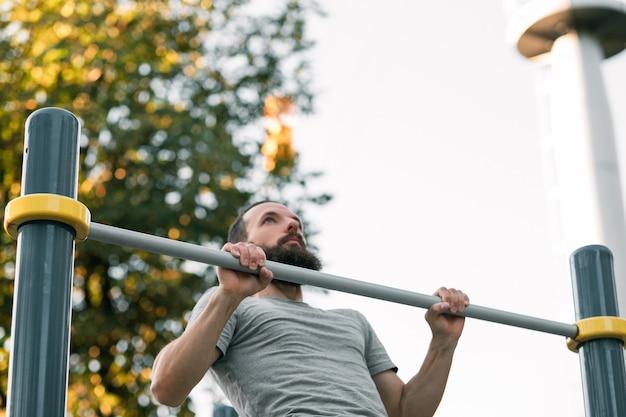 Entraînement en extérieur de la force musculaire d'exercice statique