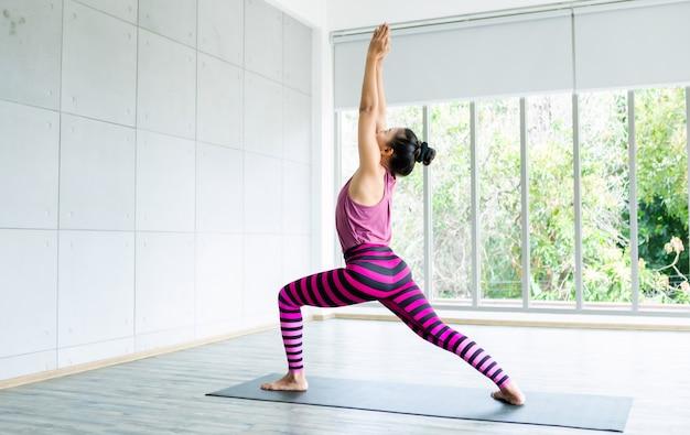 Entraînement des femmes asiatiques pratiquant la formation de yoga mettre des vêtements roses et pratiquer la méditation