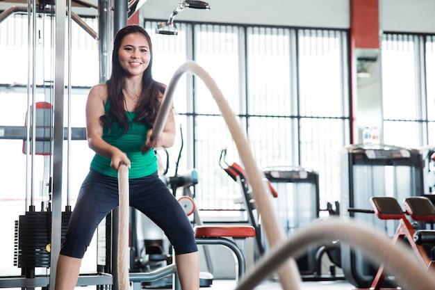 Entraînement de fitness femme avec corde de bataille