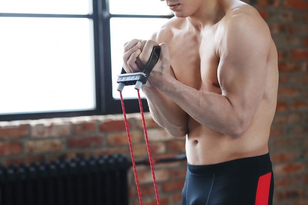 Entraînement de fitness homme. homme torse nu faisant des étirements à la maison