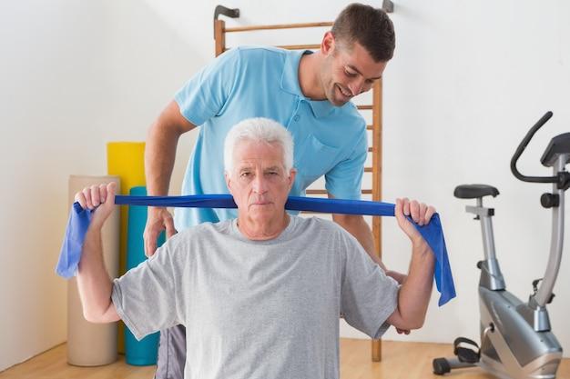 Entraînement d'un homme senior avec son entraîneur