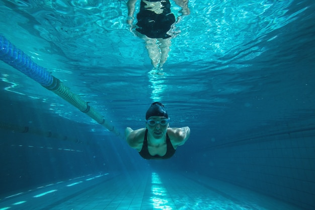 Entraînement nageur athlétique seul