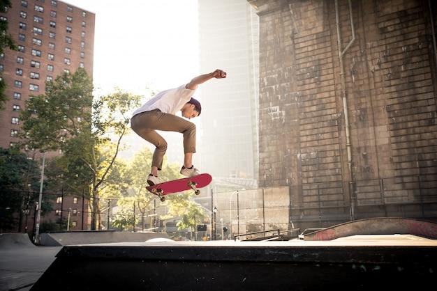 Entraînement de patineur dans un skate park à new york