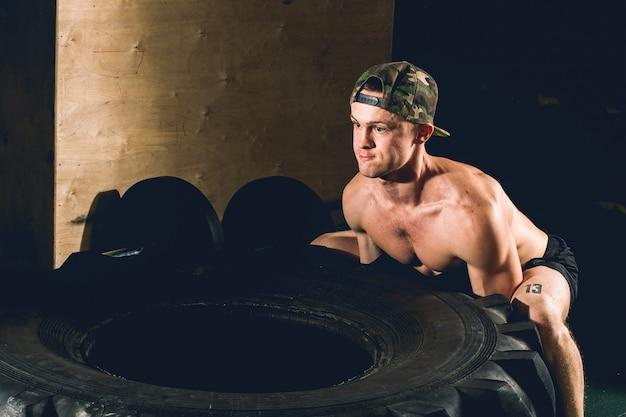 Entraînement des pneus dans la salle de gym