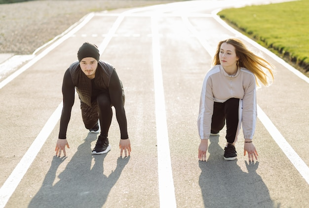 Entraînement de remise en forme d'amis ensemble à l'extérieur vivant actif en bonne santé