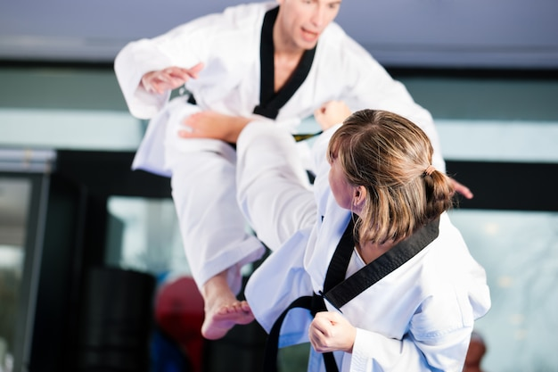 Entraînement sportif aux arts martiaux au gymnase