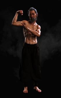 Entraînement sportif dans les arts martiaux humains avec un tracé de détourage