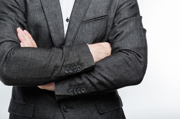 Entraîneur d'affaires avec les bras croisés