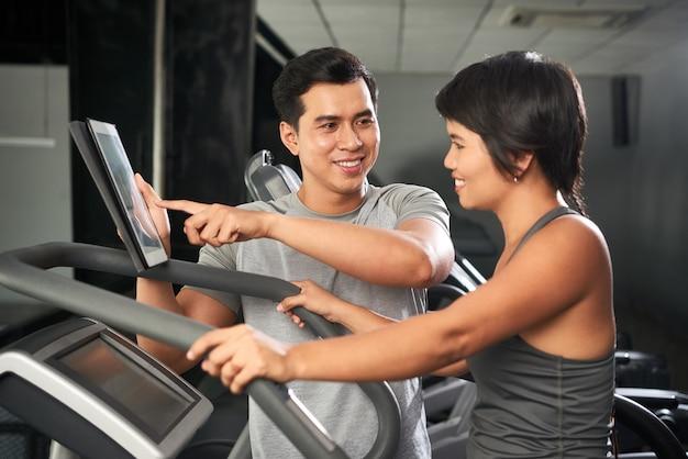 Entraîneur de fitness aidant le client