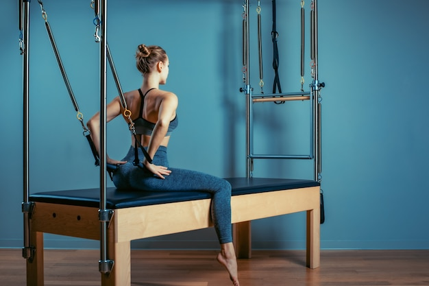 Entraîneur De Fitness Avec Une Belle Silhouette Pose Dans La Salle De Gym Photo Premium