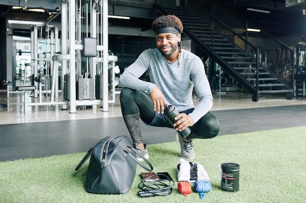 Entraîneur de fitness avec son sac de sport