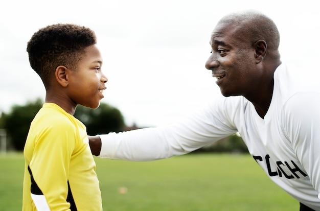 Entraîneur de football conseillant le gardien de but