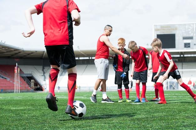 Entraîneur de football travaillant avec des enfants