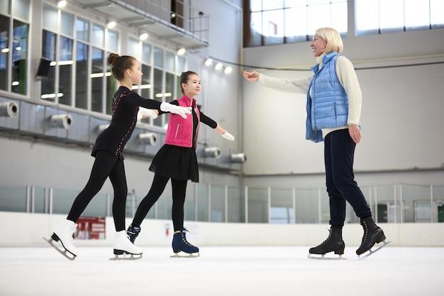 Entraîneur de patinage artistique avec des enfants