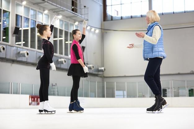 Entraîneur de patinage artistique entraînement filles