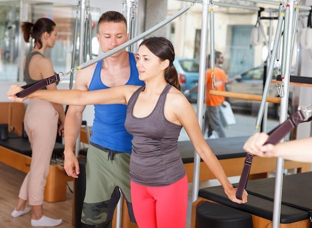 Entraîneur personnel. développement de méthodes de perte de poids. instructeur de fitness. exercices dans la salle de gym.