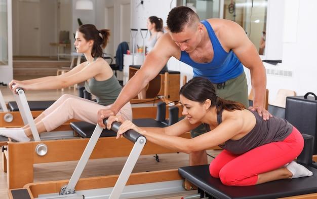 Entraîneur personnel. instructeur de fitness. exercices dans la salle de gym.