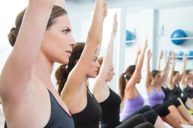 Entraîneur personnel pilates aérobic dans une classe de groupe de gym