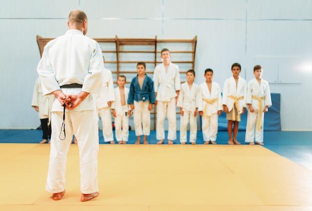 Entraîneur et petits garçons, entraînement de judo pour enfants
