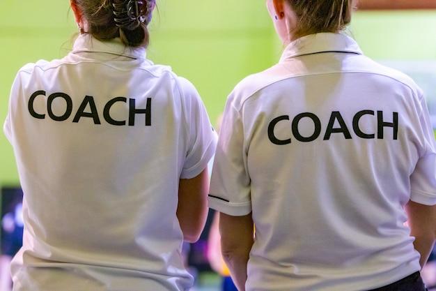 Les entraîneures en chemise blanche coach