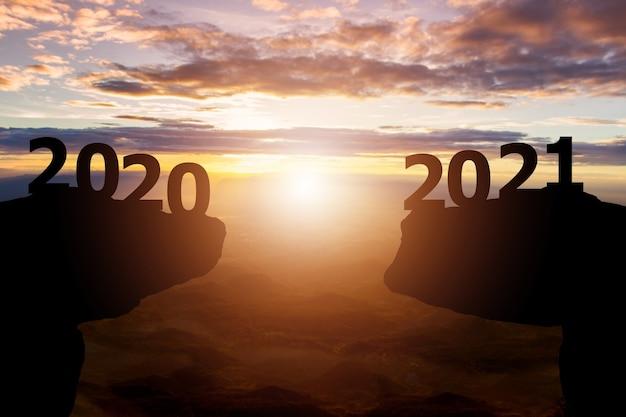 Entre 2020 et 2021 ans avec fond de coucher de soleil silhouette