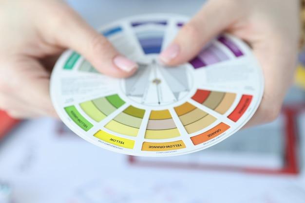Entre les mains de la palette de couleurs et de la compatibilité avec d'autres couleurs