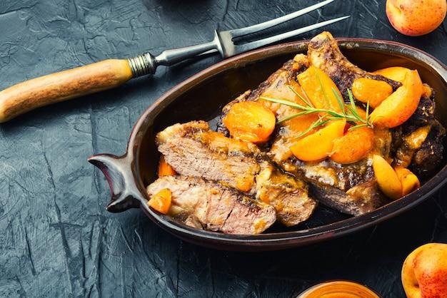 Entrecôte de boeuf appétissante sauce abricot.steak de boeuf tranché grillé