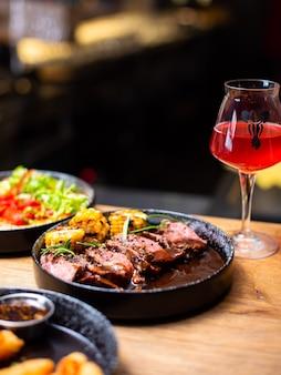 Entrecôte de boeuf grillé viande de steak bbq avec branche de romarin et légumes grillés