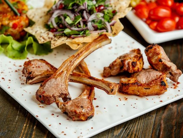 Entrecôte de brochette de viande et oignon haché