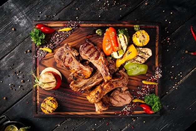 Entrecôte de côtes d'agneau grillées aux légumes