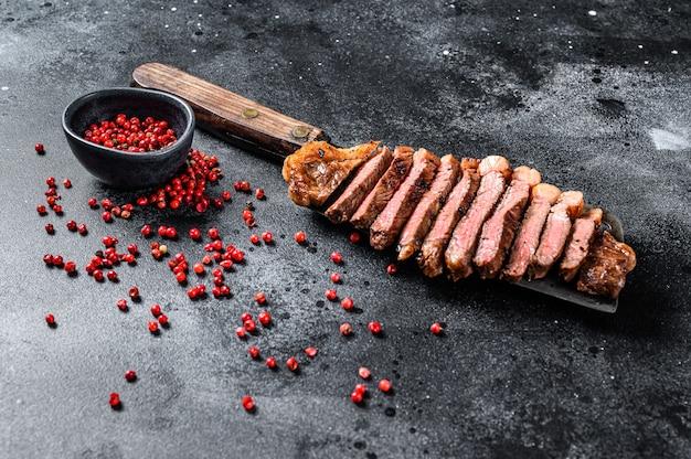 Entrecôte grillée sur un couperet. le médium de cuisson.